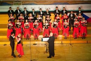 Corul Divina Armonie Coltea 2015-Tenor, Soprana Dirijor pe scena
